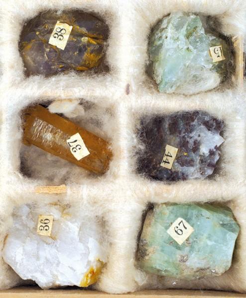 Минералогическая коллекция в 150 экземпляров в оригинальном деревянном футляре. Россия. Конец XIX века. Размер футляра в раскрытом виде 56 х 44,5 см.