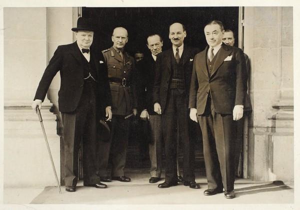 Групповая фотография с участием премьер-министра Великобритании Уинстона Черчилля. 1940-е гг.