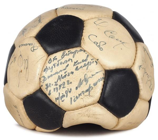 [Автограф участника «матча смерти»] Автографы советских футболистов на двух футбольных мячах. 1980-1981.