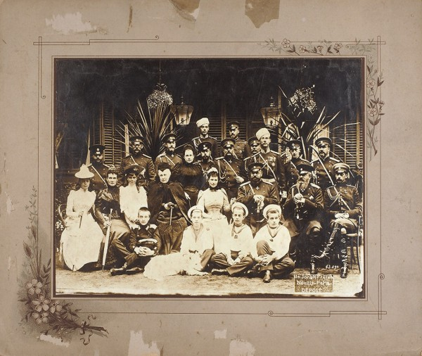 Групповая фотография императорской семьи в Ливадийском дворце на праздновании серебряной свадьбы Александра III и Марии Федоровны. Париж: фот. «De Jongh Freres», 1891.