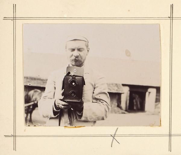 [Частная жизнь купца Г.Г. Елисеева] Альбом оригинальных фотографий, выполненных самим Г.Г. Елисеевым и В.В. Лонгиновым. [1900-е].