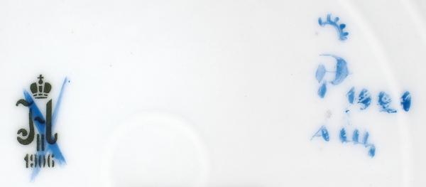 Тарелка «Государственное издательство: Знание рвёт цепи рабства». СССР, ГФЗ. Автор А.В. Щекатихина-Потоцкая. 1921. Фарфор, роспись надглазурная. Диаметр 23,5 см.