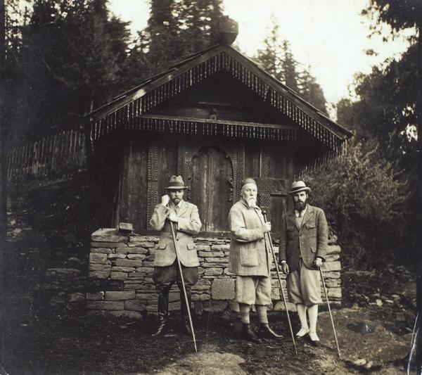 Фотография Николая Рериха с сыновьями — Юрием и Святославом.