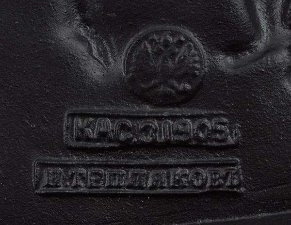 Шкатулка с изображением жанровой сцены «Сельские танцы». Россия, Каслинский завод художественного литья. По модели И. Теплякова. 1905. Чугун, литье, сажа. 12×9,8×7 см.
