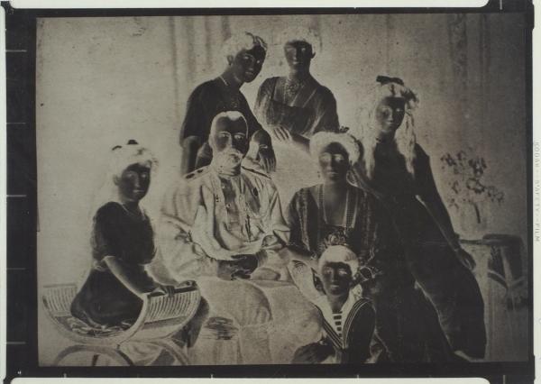 16негативов спортретами царской семьи ибарона Врангеля, 6фотографий потомков Романовых вэмиграции.