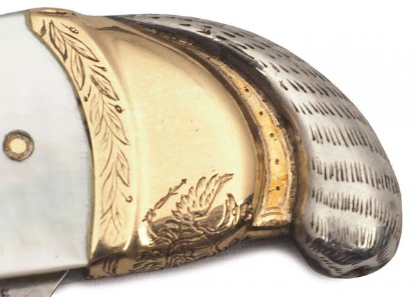 Бритва Императора Александра I. 1818. Сталь, перламутровые пластины, пластины желтого металла (золото?), белый металл (серебро?). Длина14,5см.