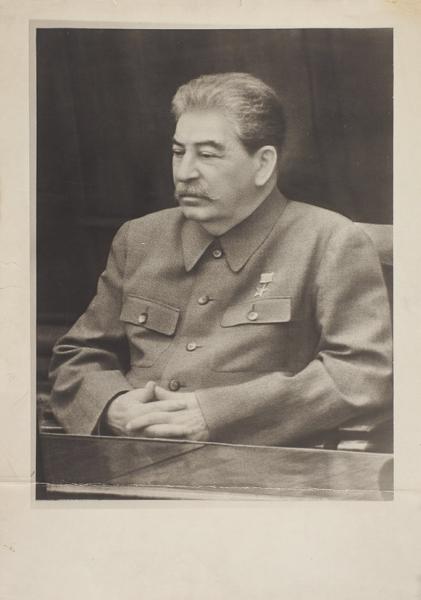 Фотография И.В. Сталина сзолотой звездой Героя Соц. труда (медаль «Серп иМолот»). [1939— 1940-е гг.].