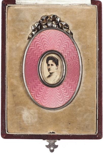 Рамка для фотографий воригинальном футляре. Фирма Поставщика Высочайшего Двора «К.Ган». Мастер «ВС». Начало ХХвека. Серебро, эмаль, дерево, 9,5×6см, размер футляра 14,5×10,5×2,5.