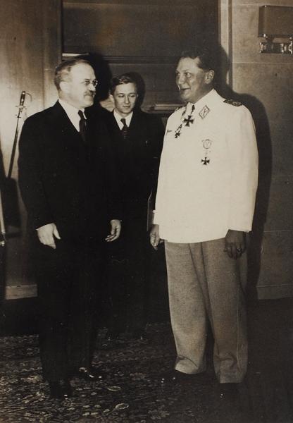 [Пакт. Действующие лица иисполнители отличного фотографа Гитлера] Подборка из6-ти фотографий, связанных спактом Молотова— Риббентропа.