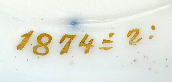 Предметы сервиза тет-а-тет смонограммой Императрицы Марии Александровны: кофейник, сливочник, сахарница (отсутствует крышка), чашка кофейная (вторая чашка восколках, требует реставрации) идва блюдца. Россия, Императорский фарфоровый завод.1874. Фарфор, кобальтовое крытье, роспись, золочение. Высота кофейника— 20см, высота сливочника— 10см, высота сахарницы— 8,5см, высота чашки— 6,5см, диаметр блюдца— 12,5см.