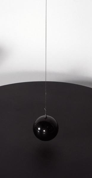 Баюшев Даниил. Маятник «Детерминизм №1(счерным шаром)». 2018. МГФ, окрашивание, олово, сталь. 87x60x35см.