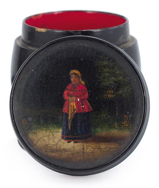 Шкатулка-бочонок «Женщина сплатком». Россия. Конец XIXвека. Папье-маше, роспись, 5,5×6,3см.