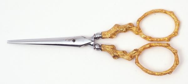 Швейный набор вфутляре слоновой кости. Франция, фирма «Louis Aucoc». Вторая половина XIXвека. Золото 750пробы, слоновая кость, сталь. Размер11,5×5,8×1см.